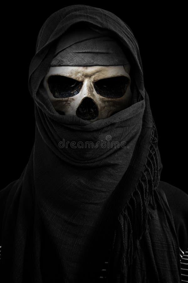 Σκελετός στο μαύρο πέπλο με το σκοτεινό περιβάλλον στοκ φωτογραφία με δικαίωμα ελεύθερης χρήσης