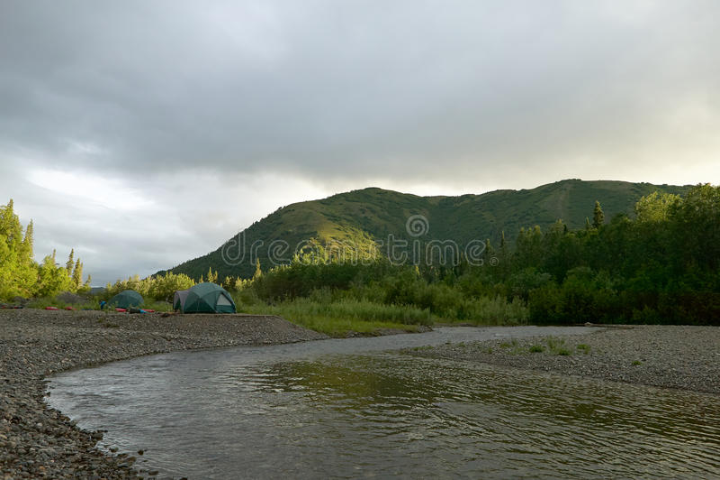 Σκηνές και θέση για κατασκήνωση στην άγρια από την Αλάσκα όχθη ποταμού στοκ φωτογραφίες