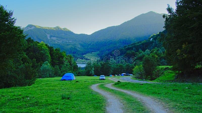 Σκηνές και ARS της αμαρτίας campeers τα ρουμανικά βουνά το πρωί στοκ φωτογραφίες