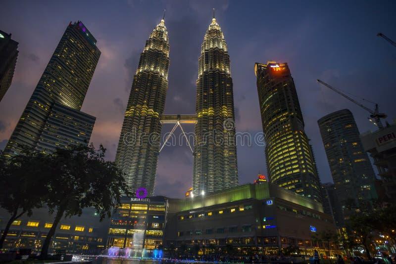 Σκηνές νύχτας των δίδυμων πύργων ή των πύργων Petronas στη Κουάλα Λουμπούρ, Μαλαισία στοκ φωτογραφία