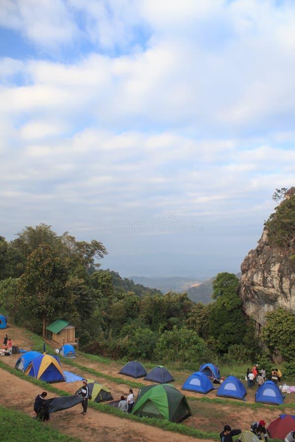 Σκηνές Backpacker με το πράσινο τοπίο λόφων και βουνών στοκ εικόνα