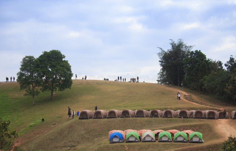 Σκηνές Backpacker με το πράσινο τοπίο λόφων και βουνών στοκ εικόνες