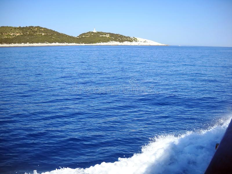 Σκηνή από να ταξιδεψει με το ίχνος και το νησί στην απόσταση στοκ εικόνες με δικαίωμα ελεύθερης χρήσης