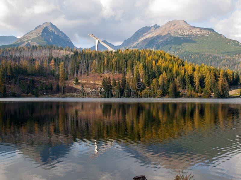 Σκηνή βουνών φύσης με την όμορφη λίμνη στο pleso Σλοβακία Tatra - Strbske στοκ εικόνα