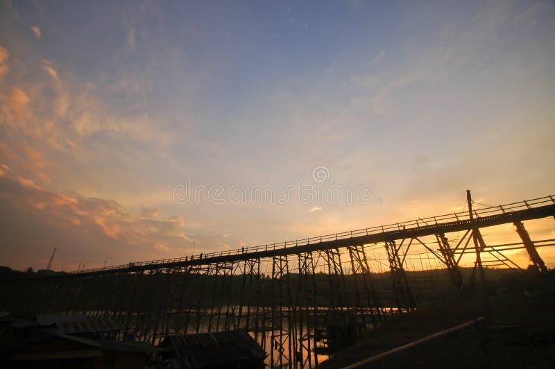 Σκηνή βραδιού λυκόφατος πριν από το ηλιοβασίλεμα στη γέφυρα μπαμπού Sangkhlaburi στοκ φωτογραφία με δικαίωμα ελεύθερης χρήσης
