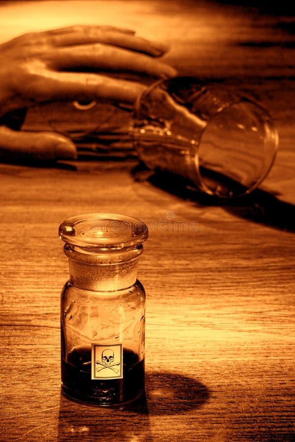 Σκηνή εγκλήματος με το νεκρά χέρι γυναικών και το μπουκάλι δηλητήριων στοκ εικόνες