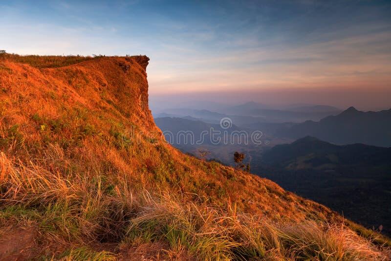 Σκηνή ηλιοβασιλέματος με την αιχμή του βουνού και cloudscape chi Phu στοκ εικόνες