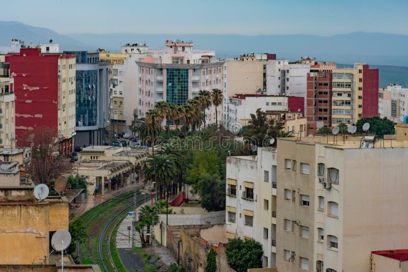 Σκηνή κτηρίου και ουρανοξυστών του Μαρόκου Meknes πέρα από τις διαδρομές σιδηροδρόμου στοκ φωτογραφία