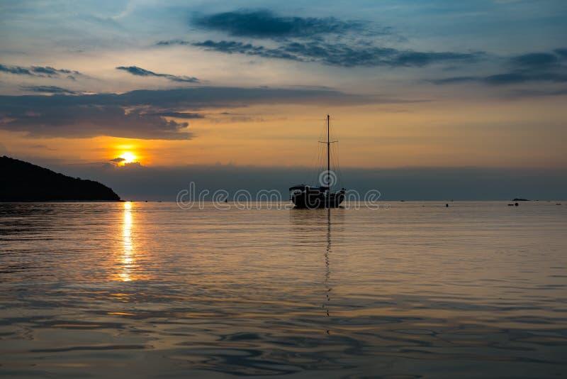 Σκηνή λυκόφατος της βάρκας στο χρόνο ηλιοβασιλέματος στοκ εικόνες