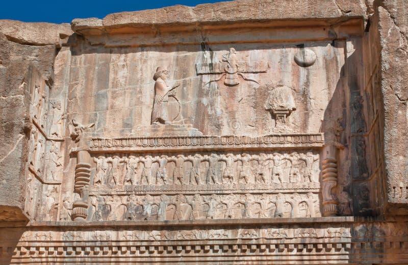 Σκηνή με τον περσικούς βασιλιά και Faravahar - ανακούφιση του φτερωτού συμβόλου ήλιων στοκ φωτογραφία