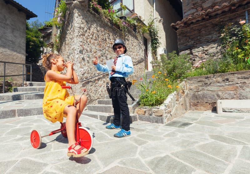 Σκηνή με το παιχνίδι, τη σπόλα και τον οδηγό παιδιών σε υπαίθριο στοκ εικόνες