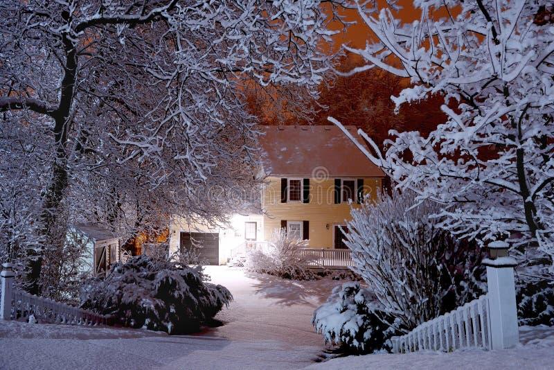 Σκηνή νύχτας κατά τη διάρκεια της χιονοθύελλας στοκ εικόνες