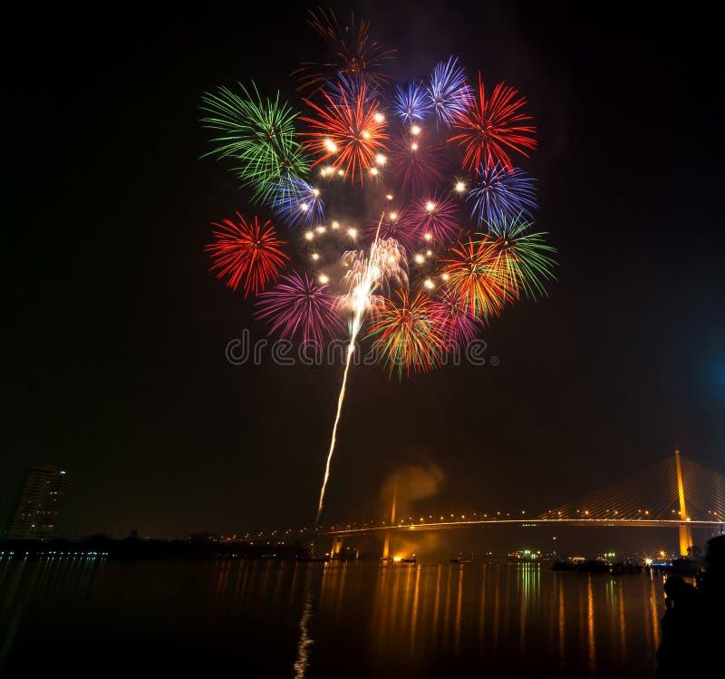 Σκηνή νύχτας πυροτεχνημάτων καλής χρονιάς, ποταμός VI εικονικής παράστασης πόλης της Μπανγκόκ στοκ φωτογραφία με δικαίωμα ελεύθερης χρήσης