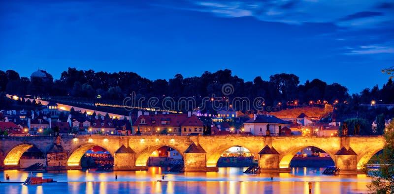 Σκηνή νύχτας της γέφυρας του Charles στοκ εικόνες