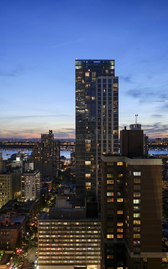 Σκηνή νύχτας της Νέας Υόρκης Μανχάταν που πυροβολείται από ένα ύψος στοκ εικόνες
