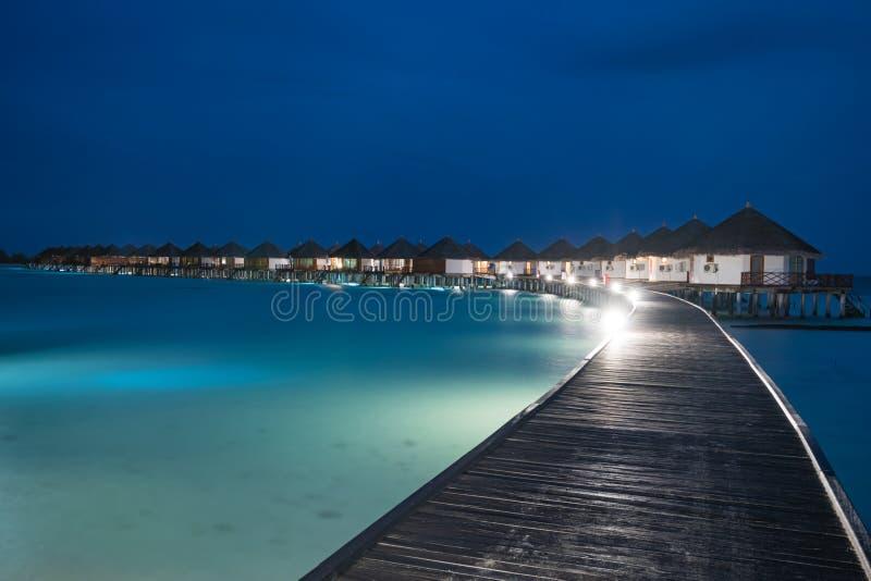 Σκηνή νύχτας της χαρακτηριστικής βίλας πολυτέλειας overwater στοκ εικόνα