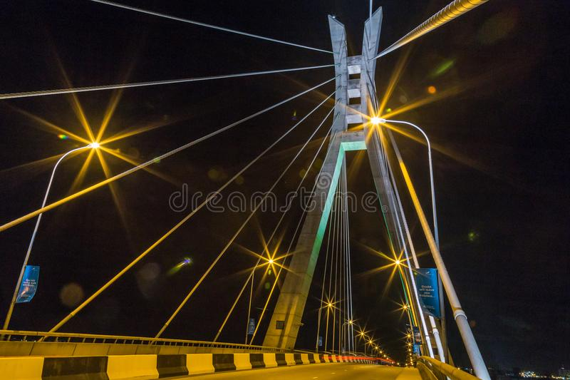 Σκηνή νύχτας του Λάγκος Νιγηρία της γέφυρας Ikoyi με την άποψη κινηματογραφήσεων σε πρώτο πλάνο του πύργου και των καλωδίων αναστ στοκ φωτογραφία με δικαίωμα ελεύθερης χρήσης