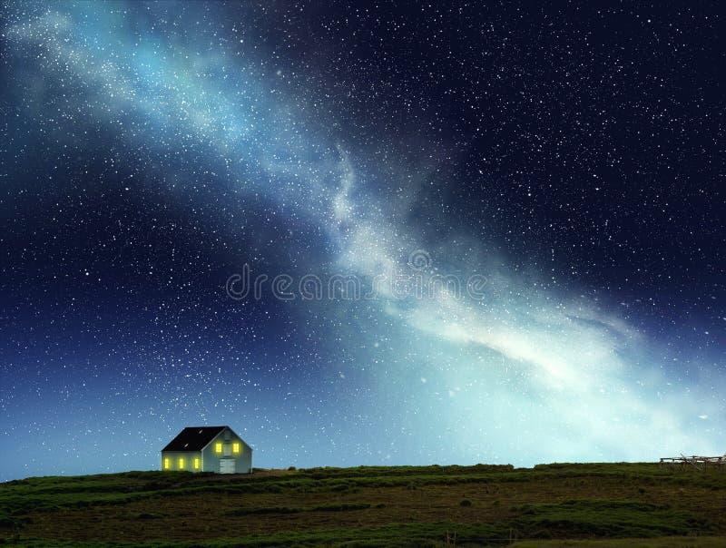 Σκηνή νύχτας του σπιτιού κάτω από το νυχτερινό ουρανό στοκ φωτογραφίες με δικαίωμα ελεύθερης χρήσης