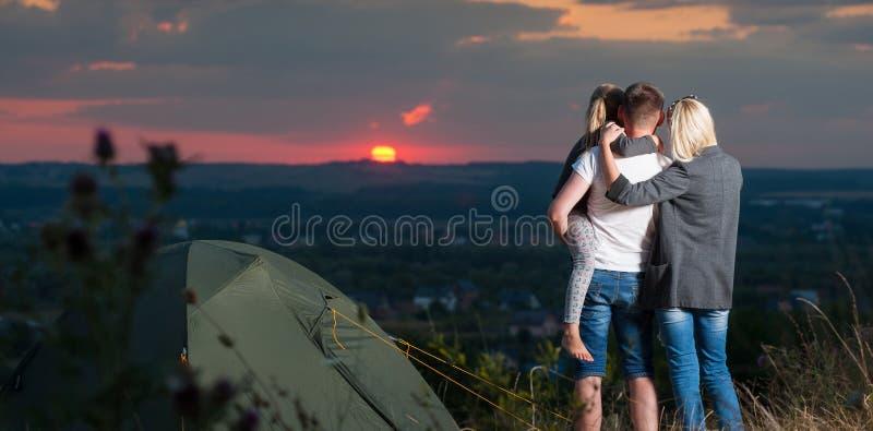 Σκηνή οικογενειακών κοντινή στρατόπεδων στο λόφο στοκ φωτογραφία με δικαίωμα ελεύθερης χρήσης