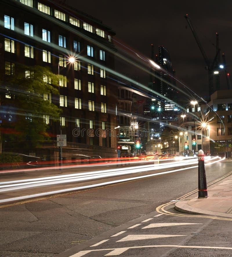 Σκηνή οδικής νύχτας πόλεων του Λονδίνου, ελαφριά ίχνη ουράνιων τόξων αυτοκινήτων νύχτας στοκ εικόνες