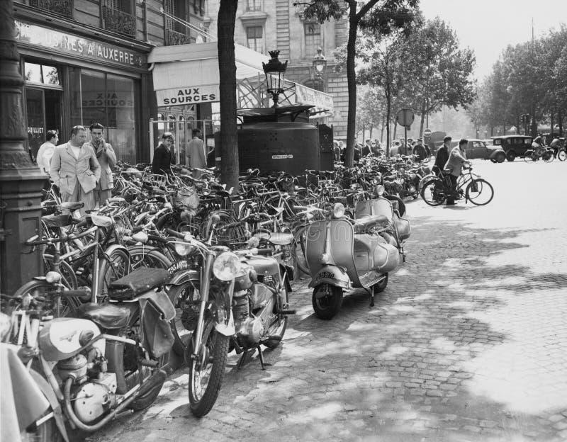 Σκηνή οδών στο Παρίσι, στις 23 Αυγούστου 1953 (όλα τα πρόσωπα που απεικονίζονται δεν ζουν περισσότερο και κανένα κτήμα δεν υπάρχε στοκ εικόνες