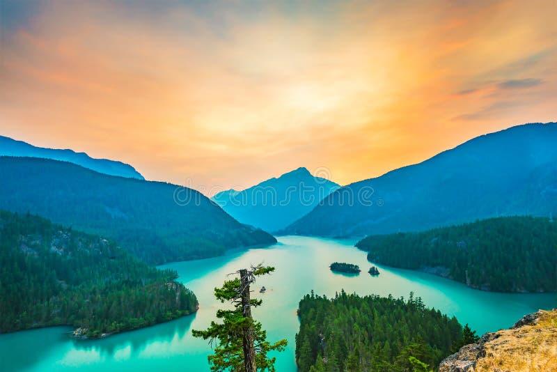 Σκηνή πέρα από τη λίμνη Diablo όταν ανατολή στα ξημερώματα στο εθνικό πάρκο βόρειων καταρρακτών, Wa, ΗΠΑ στοκ φωτογραφία