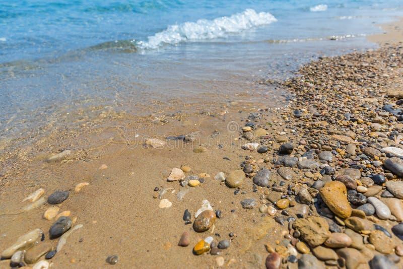 Σκηνή παραλιών, βράχοι και μικρά κύματα, ήρεμο τοπίο της ακτής στοκ φωτογραφία με δικαίωμα ελεύθερης χρήσης