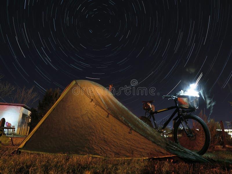 Σκηνή ποδηλάτων που στρατοπεδεύει κάτω από τα polaris στοκ εικόνα