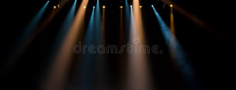 Σκηνή, σκηνικό φως με τα χρωματισμένα επίκεντρα στοκ εικόνα με δικαίωμα ελεύθερης χρήσης