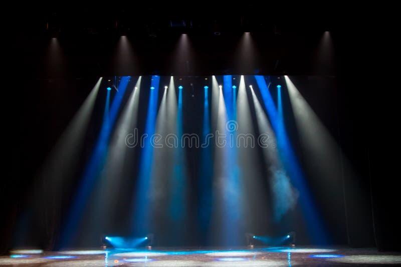 Σκηνή, σκηνικό φως με τα χρωματισμένα επίκεντρα στοκ εικόνα