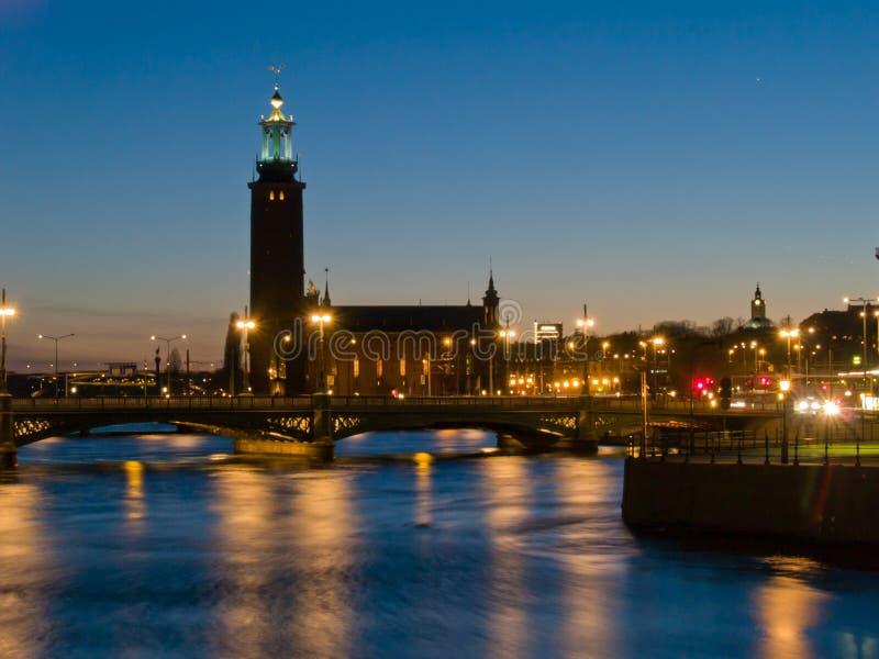 σκηνή Στοκχόλμη Σουηδία νύχτας αιθουσών πόλεων στοκ εικόνες