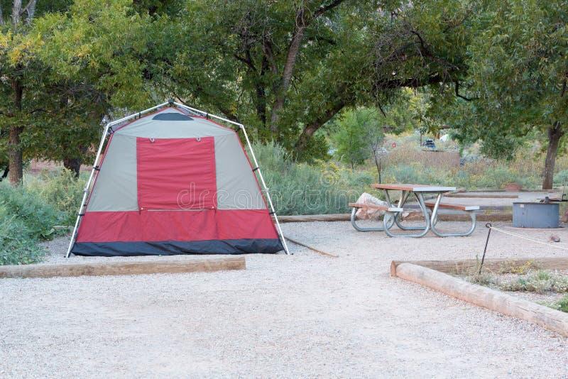 Σκηνή στο campground στο εθνικό πάρκο με την ανατολή στοκ εικόνα