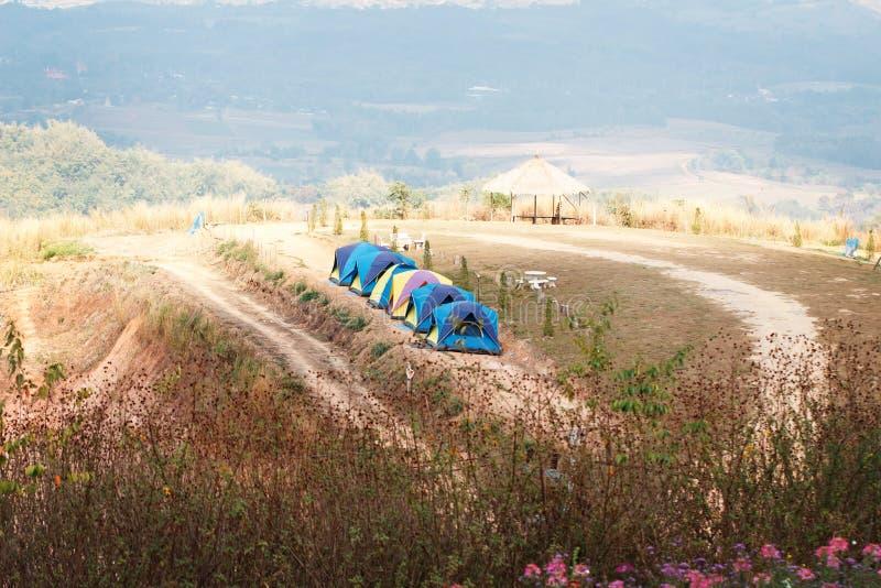 Σκηνή στρατοπέδευσης στην κορυφή του βουνού στοκ εικόνες με δικαίωμα ελεύθερης χρήσης