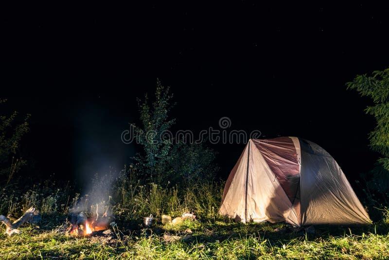 Σκηνή στρατοπέδευσης τουριστών τη νύχτα στοκ εικόνες με δικαίωμα ελεύθερης χρήσης