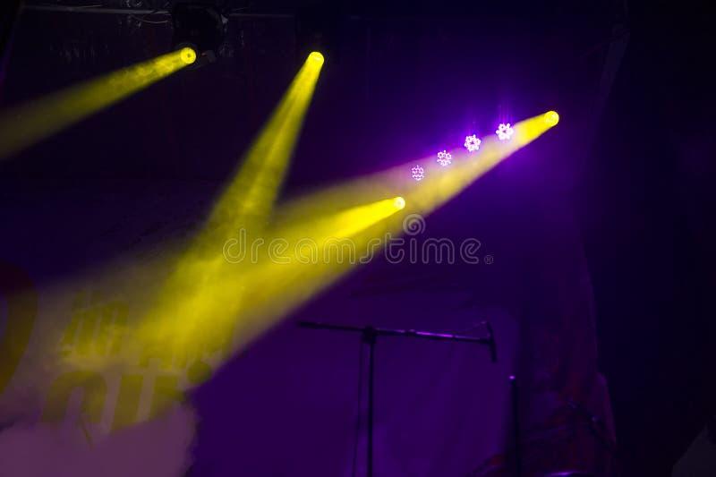 Σκηνή συναυλίας Σκηνικά φω'τα Ζωηρόχρωμο υπόβαθρο των σκηνικών φω'των στοκ εικόνες με δικαίωμα ελεύθερης χρήσης