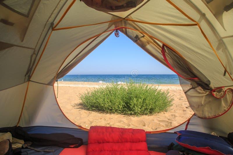 Σκηνή ταξιδιού με την άποψη θάλασσας και άμμου στοκ φωτογραφία
