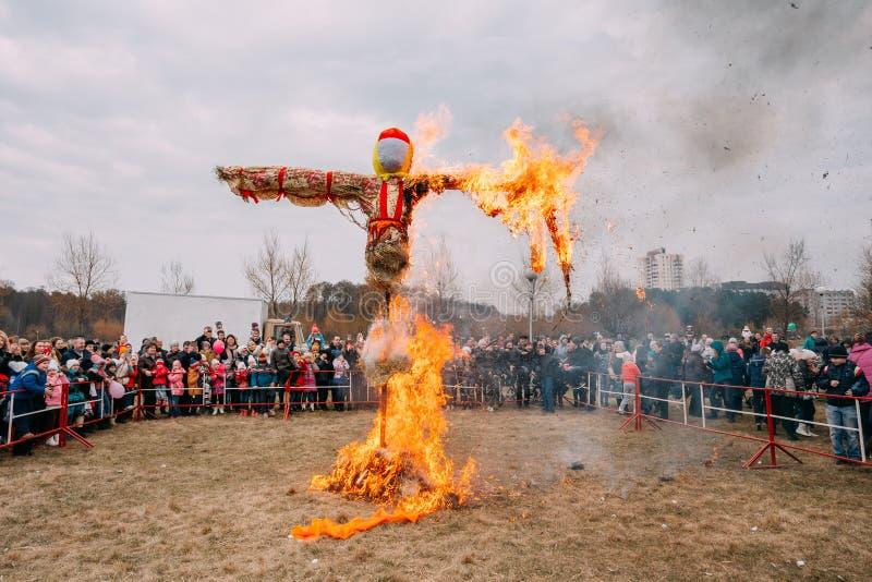 Σκηνή του καψίματος του ομοιώματος Maslenitsa σε ανατολικό σλαβικό Mythologycal στοκ φωτογραφία με δικαίωμα ελεύθερης χρήσης