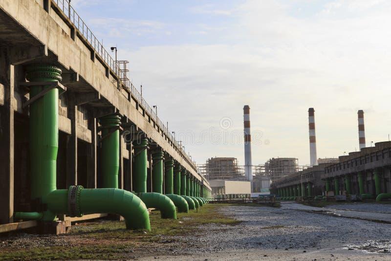 Σκηνή των εγκαταστάσεων θερμικής παραγωγής ενέργειας και του δροσερού κάτω κτηρίου νερού στοκ εικόνες