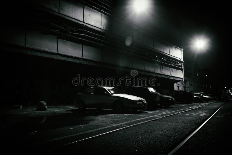 Σκηνή φρίκης μιας σκοτεινής οδού τη νύχτα στοκ φωτογραφίες