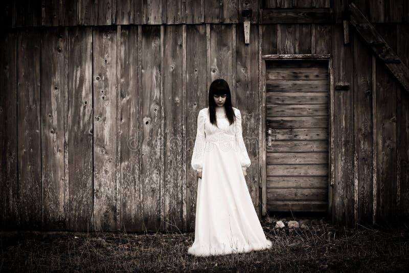 Σκηνή φρίκης μιας τρομακτικής γυναίκας στοκ εικόνες με δικαίωμα ελεύθερης χρήσης