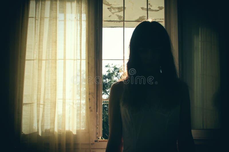 Σκηνή φρίκης της θηλυκής σκιαγραφίας στοκ εικόνες με δικαίωμα ελεύθερης χρήσης