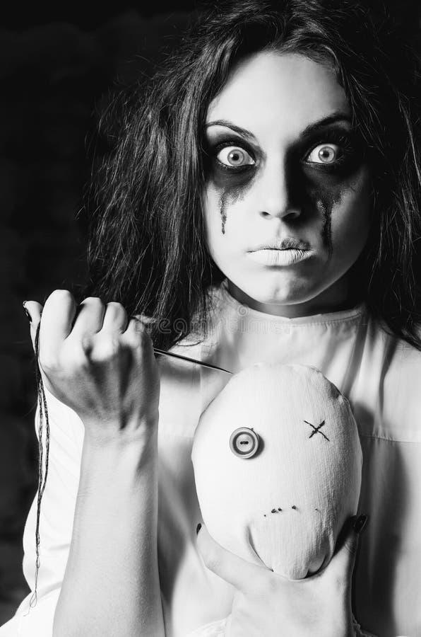 Σκηνή φρίκης: το παράξενο τρελλό κορίτσι με την κούκλα και τη βελόνα moppet στοκ φωτογραφία με δικαίωμα ελεύθερης χρήσης