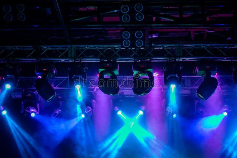 Σκηνή, φως συναυλίας Σύγχρονος εξοπλισμός επικέντρων στοκ εικόνες με δικαίωμα ελεύθερης χρήσης