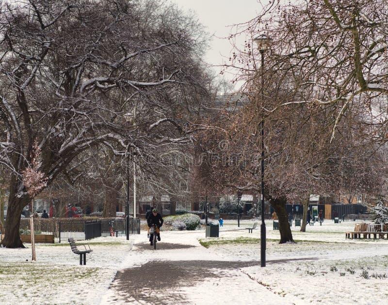 Σκηνή χειμερινών πάρκων μετά από χιονοπτώσεις στο Λονδίνο στοκ εικόνα