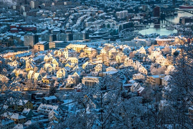 Σκηνή χειμερινών πόλεων με την εναέρια άποψη του κέντρου του Μπέργκεν στην ηλιοφάνεια πρωινού