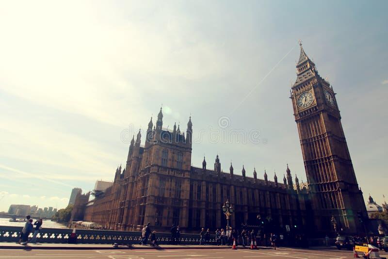 ΣΚΗΝΗ του ΛΟΝΔΙΝΟΥ με BIG BEN στοκ φωτογραφία με δικαίωμα ελεύθερης χρήσης