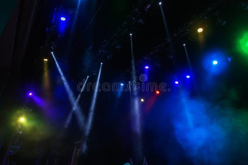 Σκηνικά φω'τα Διάφοροι προβολείς στο σκοτάδι Πολύχρωμο ligh στοκ εικόνες