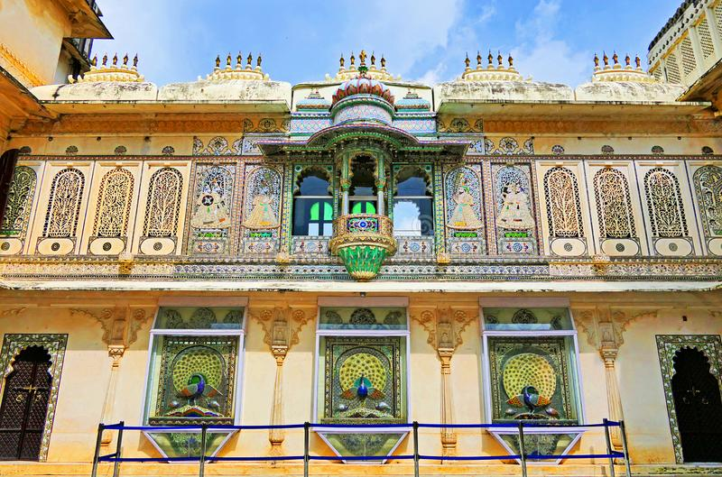 Σκηνικές αρχιτεκτονικές λεπτομέρειες και διακοσμήσεις μέσα στο Παλάτι της Πόλης του Ουνταϊπούρ, περιοχή Ρατζαστάν της Ινδίας στοκ εικόνες