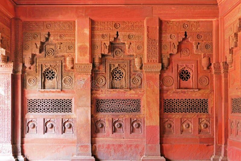 Σκηνικές αρχιτεκτονικές λεπτομέρειες και διακόσμηση τοίχου μέσα στο οχυρό της Άγκρα στην Άγκρα, περιοχή Ούταρ Πραντές της Ινδίας στοκ εικόνα