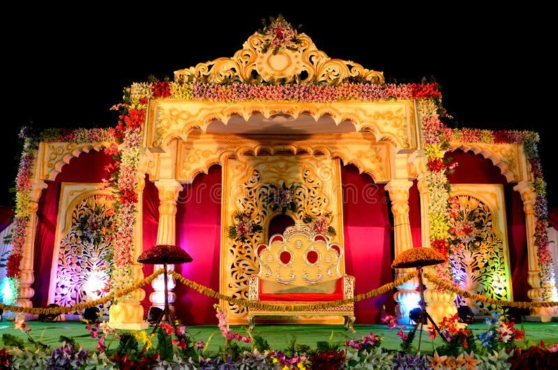 Σκηνική διακόσμηση δεξίωσης γάμου με τη χρυσή καρέκλα στοκ εικόνα με δικαίωμα ελεύθερης χρήσης
